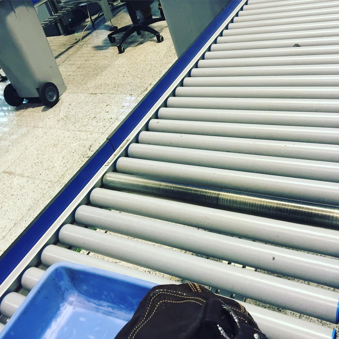 Después de zapatos, cinturón y pulsera, me he imaginado sacándome las bragas y me he reído un rato #aeropuerto #controldeseguridad #gamberra
