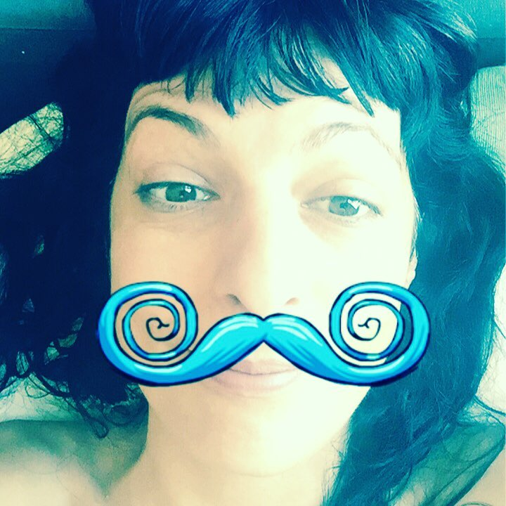 Roser Amills divertida con bigote azul