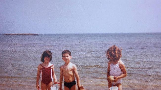Roser Amills, a la dreta de la foto, el primer dia que va anar a la platja. Era l'estiu del 1982. Tenia 7 anys i mig.