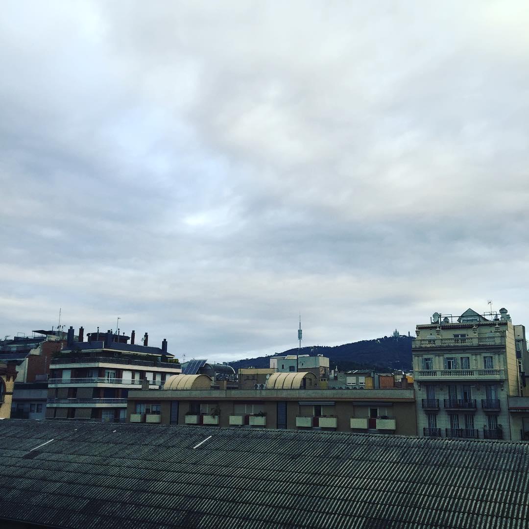 Feliz fresquito día!! #amillsmorning #bondia #buenosdias #goodmorning #morning #day #barcelona #barridegracia #daytime #sunrise #morn #awake #wakeup #wake #wakingup #ready #sleepy #sluggish #snooze #instagood #earlybird #algaida #photooftheday #gettingready #goingout #sunshine #instamorning #early #fresh #refreshed
