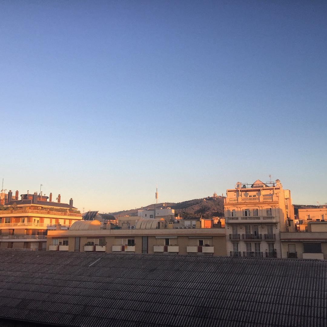 Maravillosa luz de nuevo día: disfrutemosla a manos llenas!! #amillsmorning #bondia #buenosdias #goodmorning #morning #day #barcelona #barridegracia #daytime #sunrise #morn #awake #wakeup #wake #wakingup #ready #sleepy #sluggish #snooze #instagood #earlybird #algaida #photooftheday #gettingready #goingout #sunshine #instamorning #early #fresh #refreshed