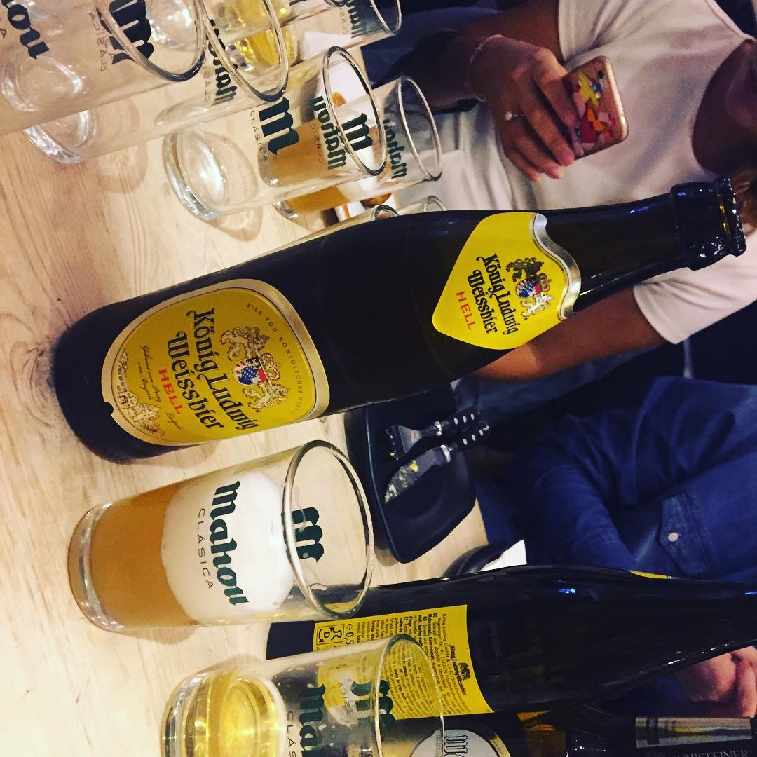 Esta cerveza tiene sabor a #platanomaduro y #clavo nos dicen en #mercatprincesaoktoberfest2016 y sí, confirmo #konigludwigweissbier
