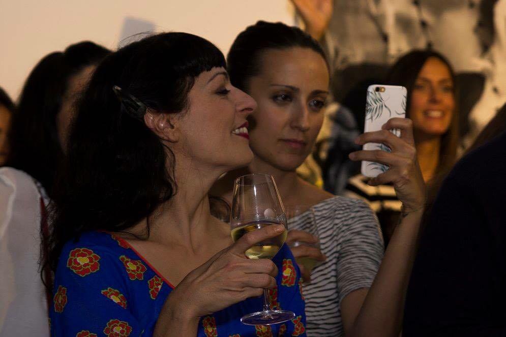 Así de felices vivimos nuestro #momentoafortunado Marta Parra y yo en #vinoafortunadoconelarte de @vinoafortunado ;)) y música de @mychelcastro @wynwoodpoint amb la presentació de les il·lustracions dels alumnes d'@ElisavaBCN! #afortunado #vi #verdejo #wine #vino #rueda #viñedossingulares #wynwoodpoint #barcelona #igersbcn #tourhivern