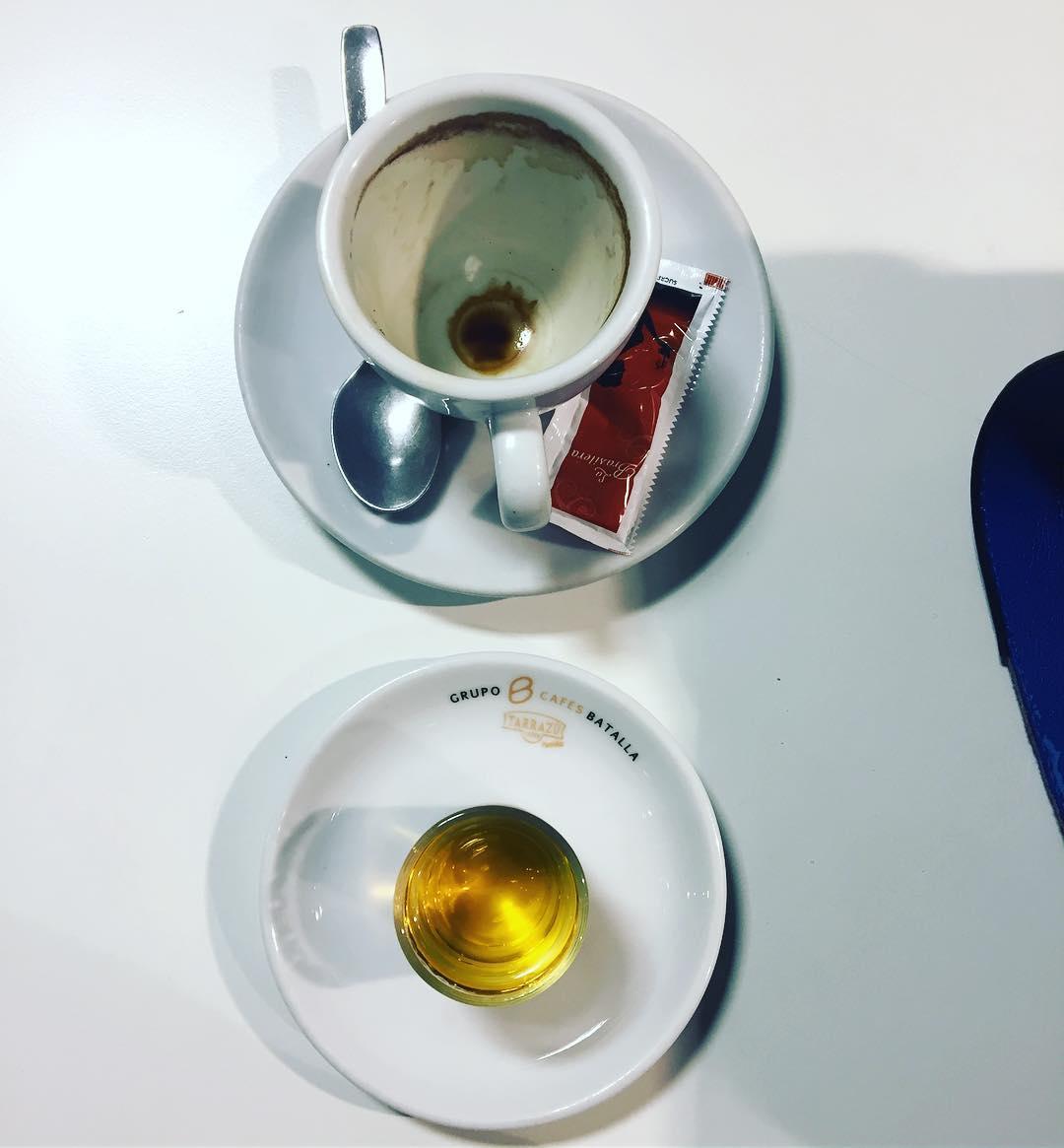 A veces la cafeína sola no apetece tanto tanto #coffee #addict #caffeine #yum #black #morning #bestcoffee #needcoffee #coffeeislove #coffeeislife #coffeegram #coffeelover #coffeeaddict #coffeetime #lattemug #coffeemug #onecupatatime #americano #instacoffee #expreso #amantedelcafe #instagood #coffeedate