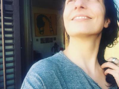 De vez en cuando procuro salir del escritorio al balcón para que me dé el solecito ;)) #escritora #mallorquina