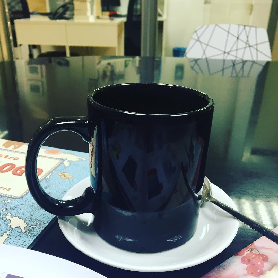 Empiezo la semana con un agradable café en @edicionesmaeva ;)) #felizlunes