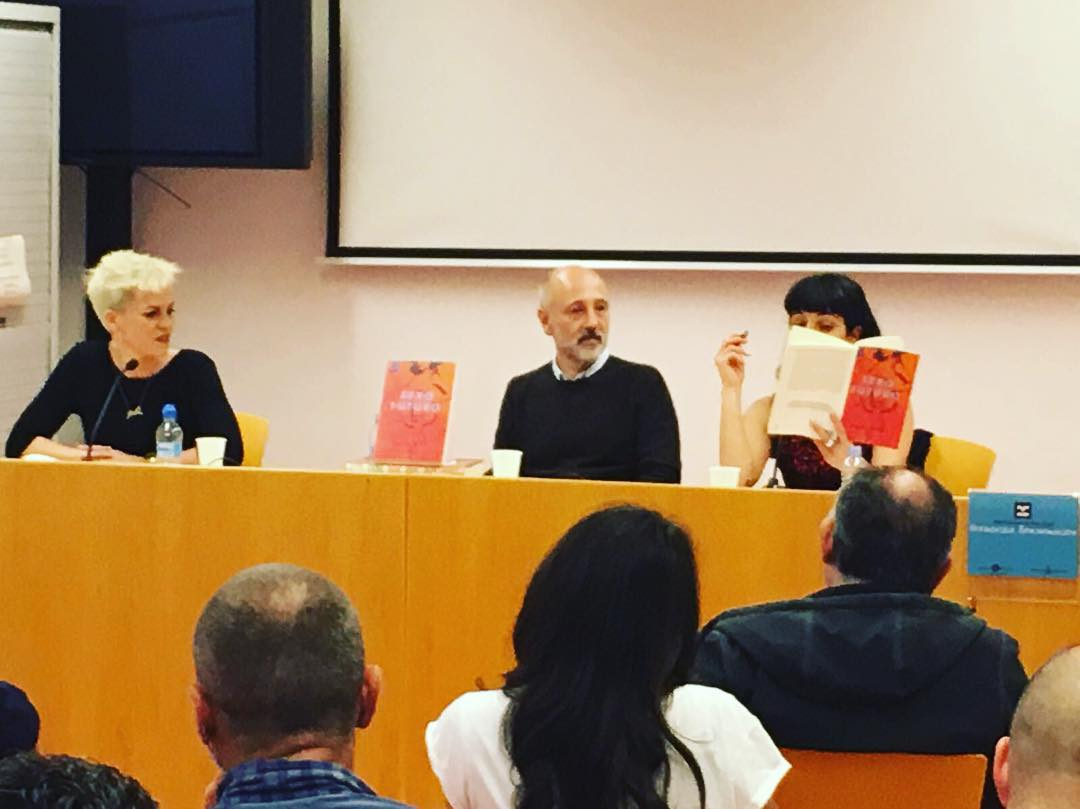 Ayer presentamos #sexofuturo en la biblioteca Francesca Bonnemaison. En la foto, @lince_ediciones y Mireia Manjón @sexacademy_