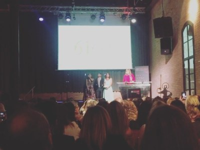 Ahora, recibe su galardón de #premissantjordi2017 Emma Suárez @emmasuarezfans #AntigaFàbrica @rtve @rtvecomunicacion @tve_catalunya