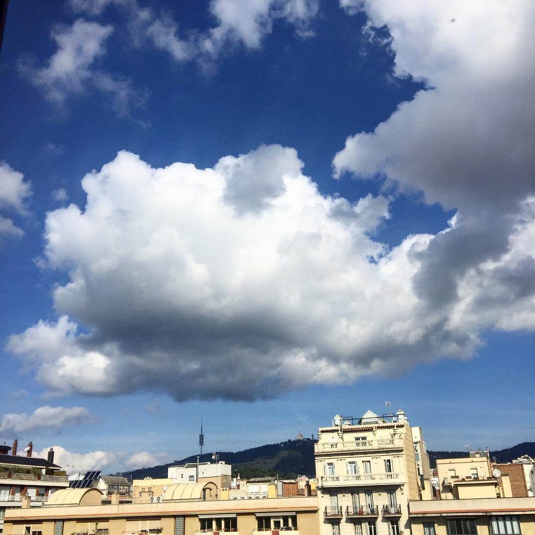 ¿Cómo agradecer a las nubes / esa abundancia fugitiva? Pablo Neruda