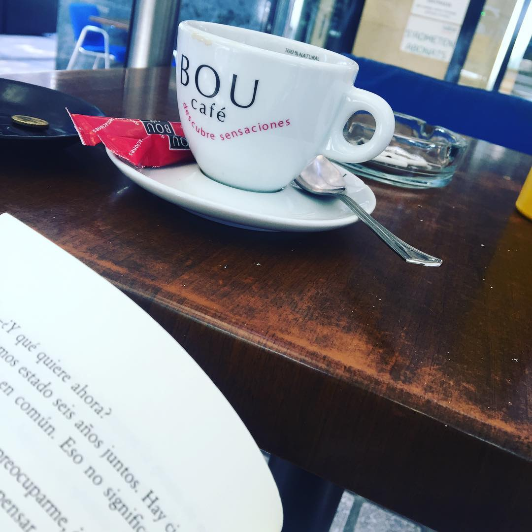 Café & libro #coffee #addict #caffeine #yum #black #morning #bestcoffee #needcoffee #coffeeislove #coffeeislife #coffeegram #coffeelover #coffeeaddict #coffeetime #lattemug #coffeemug #onecupatatime #americano #instacoffee #expreso #amantedelcafe #instagood #coffeedate