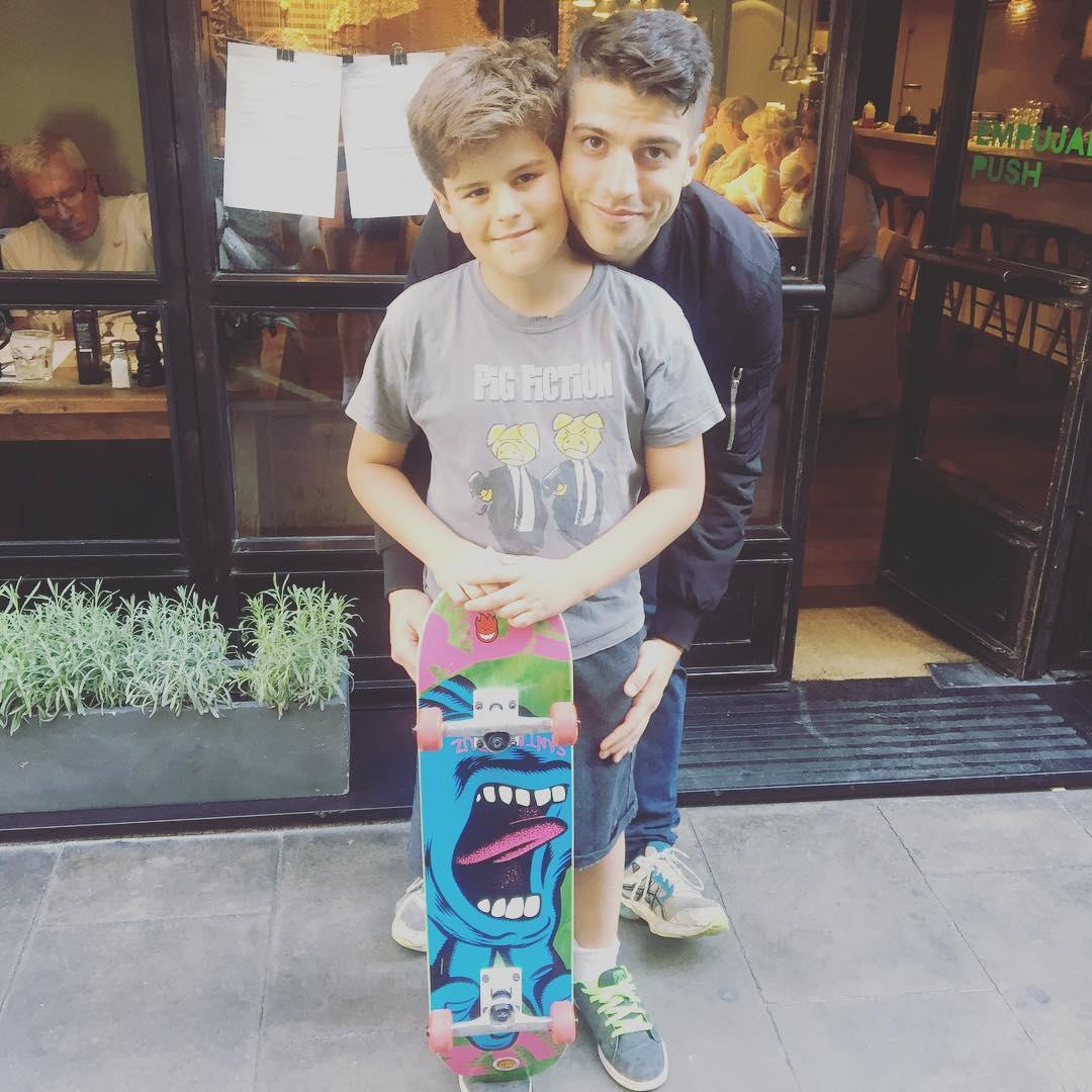 El de 10 años tiene ya su #miprimerskate serio de @heyhoskateboards ;))