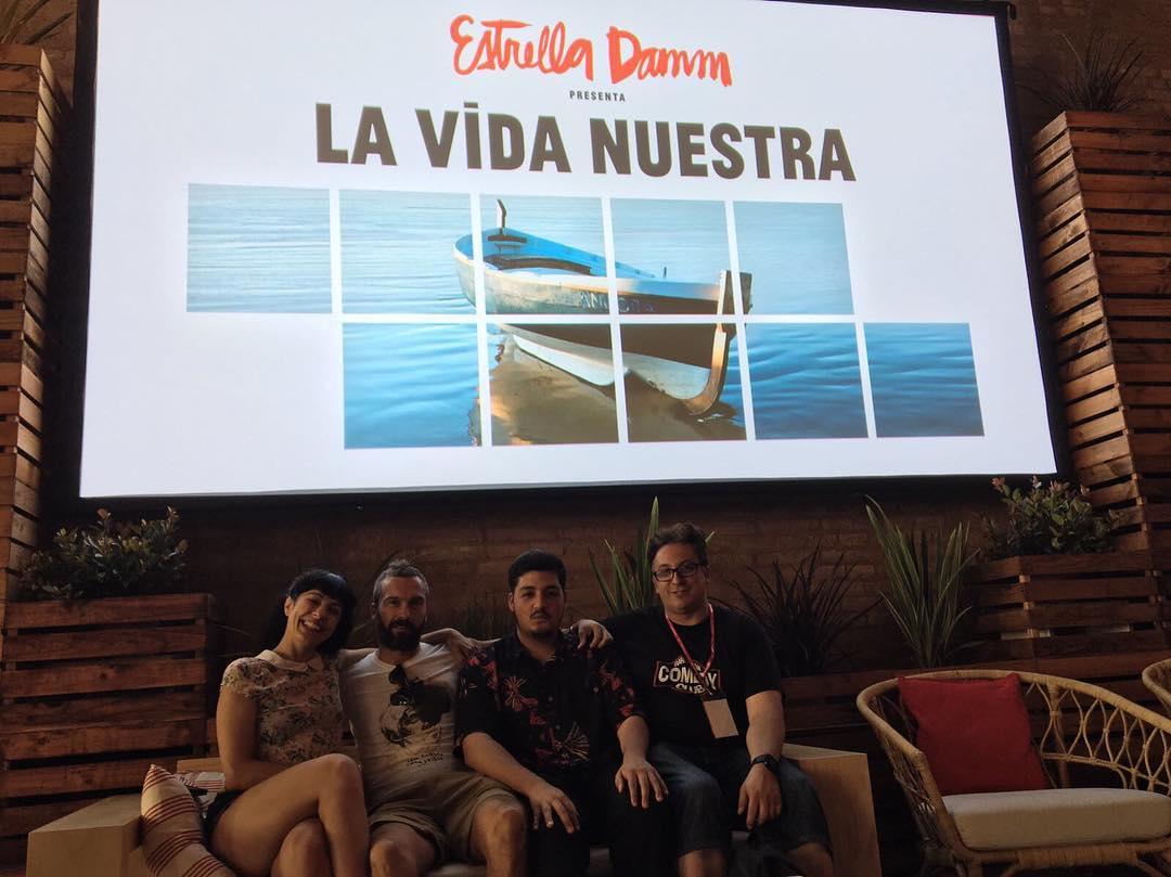 Y, para terminar, nos hemos sentado en el sofá de #PeterDinklage ;)) Estrenamos la película que @raularevaloz ha dirigido para @estrellladammcat con @peterdinklage, @alvarocervan, @giajons y @marcelborras! 🍺🍻#LaVidaNuestra #EstrellaDamm #PeterDinklage #RaúlArévalo