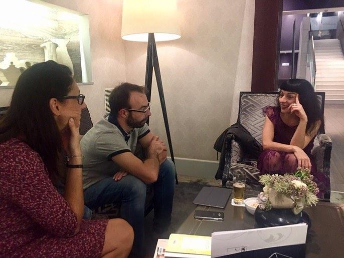 Foto de #CarolHuesa que transmet com en són de bons amfitrions al #trinxat :)) Aquí amb #MireiaMacia i @jauamat