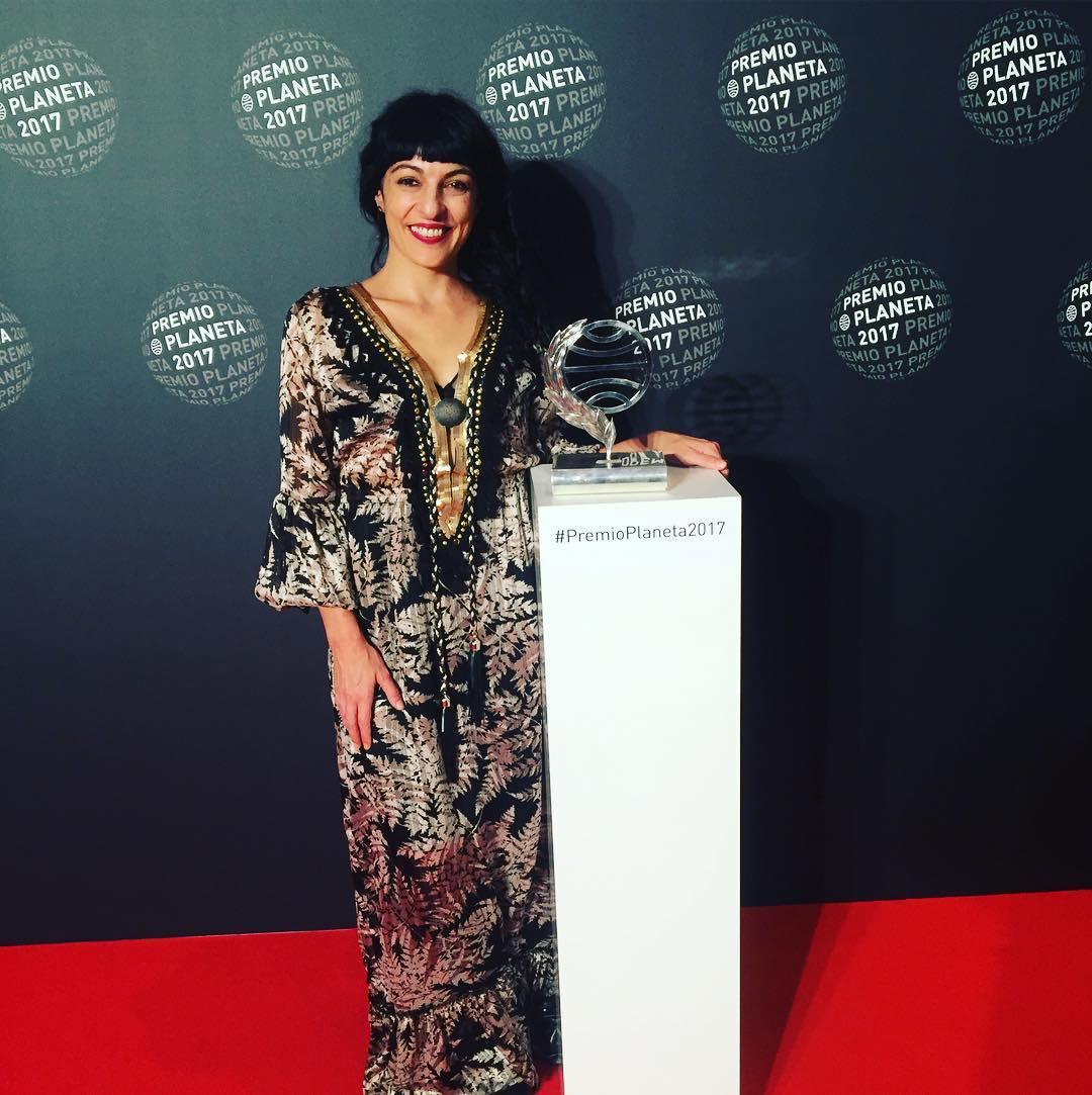 Sé que fotografiarnos con el #premioplaneta2017 es muy naif, pero mi vestido de gala @ottovanrhuskbcn lo merece ;)) Os gusta?