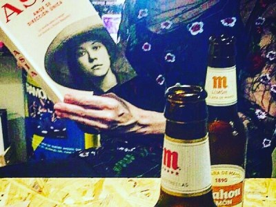 "Ahora, en Mallorca, @monachopsisgirl empieza a leer ""Asja"" 💕 #Repost: #asjalacis #asja #walterbenjamin #bookslove #llibres #libros #ratacorner #palma #gerreria #feminism @comanegra #roseramills"
