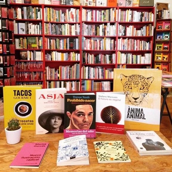 """Ya ha llegado """"Asja"""" a @ratacorner !!! #Repost Avui us ensenyam algunes de les novetats que han arribant aquests dies a #ratacorner 👉🏼Prohibido nacer, memorias de racismo, rabia y risa de Trevor Noah (@blackiebooks )👉🏼El futuro es vegetal de Stefanl Mancuso (#galaxiagutemberg)👉🏼Asja, la nova novel.la de @roseramills que presentarà a la llibreria d'aquí unes setmanes"""