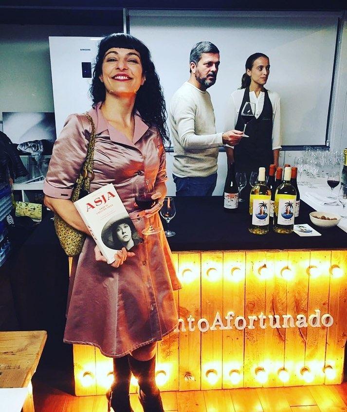 """Qué bien acompañada estuve ayer! Gracias! #Repost: #VinoAfortunado & #ElVeïnat en la presentación de la novela """"#Asja"""" de @roseramills publicada por editorial @comanegra #ViñedosSingulares y la cultura. [el vestido que elegí es de @ottovanrhuskbcn 💕]"""
