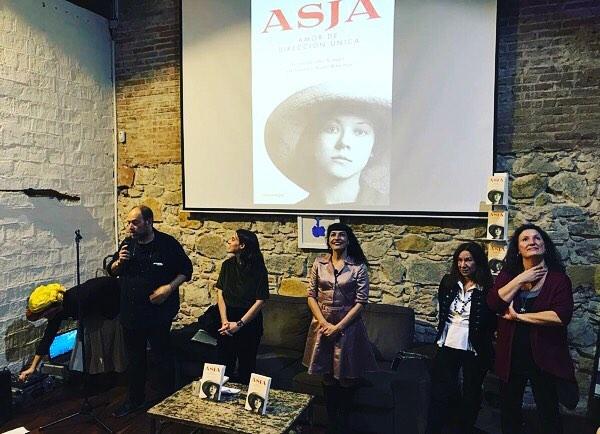 Gracias @oscarbroc por esta foto que reúne a @sajover , Joan Sala de @comanegra, Lucía Salcedo convertida en #asjalacis y mis agentes literarias #pilucavega y #martasevilla. Y gracias a ti por acompañarnos! #Repost: A la presentació del nou llibre de #roseramills, amb #mangelsjover 👌🏾