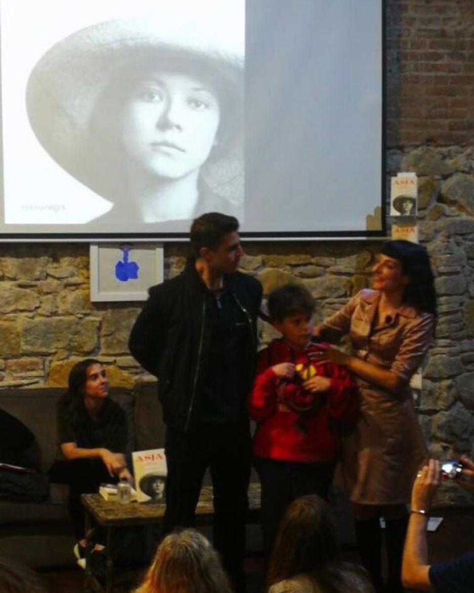 """Recibo fotos de la presentación de ayer de """"Asja"""" en @comanegra, como ésta con mis hijos, les he dedicado la novela #asjalacis & #walterbenjamin"""