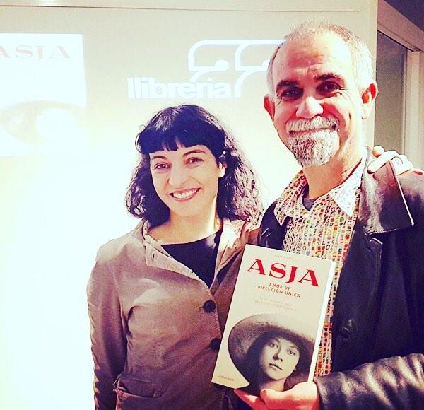 """Gràcies @enricherce !!! #Repost: Amb l'escriptora Roser Amills a la presentació del seu nou llibre """"Asja"""" a la llibreria 22 de #girona. Les seves paraules, plenes d'emoció pel personatje protagonista, i la seva història, ens han creat un desig enorme de llegir el llibre. Ja us explicaré què m'ha semblat. Encantat de coneixe't personalment !!!! 😀😀😀#asja #asjalacis #roseramills #walterbenjamin @comanegra #llibreria22 #novela #llibres [chaqueta de @tcnbarcelona ]"""