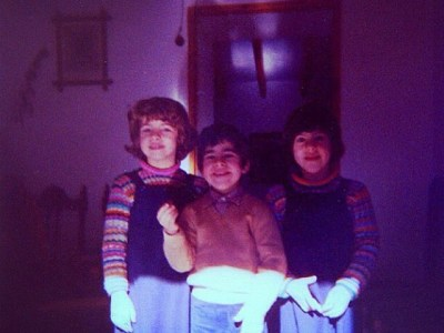 Haz lo que amas, y hazlo a menudo! Yo escribo desde 1980 ;))Soy la de la izquierda de los tres