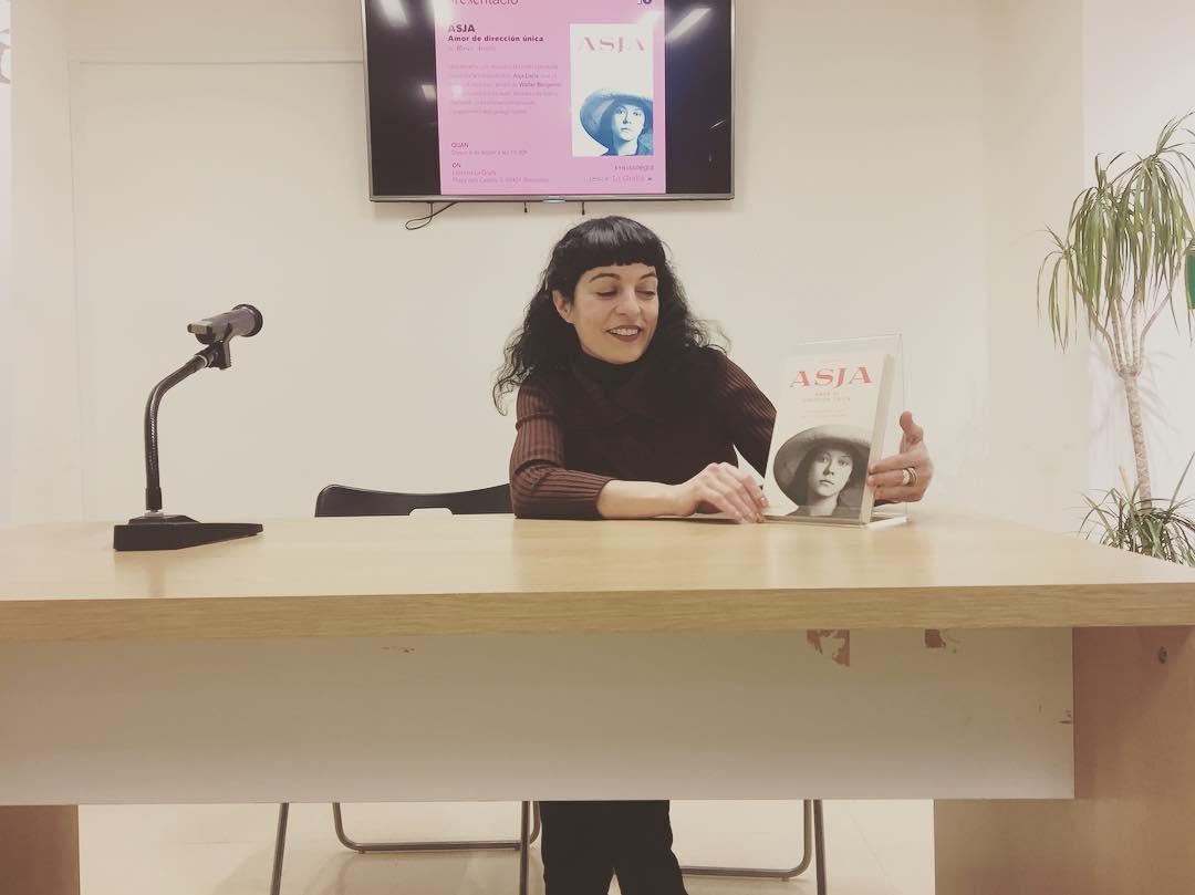 La autora y su libro, en @lgralla de Granollers :))