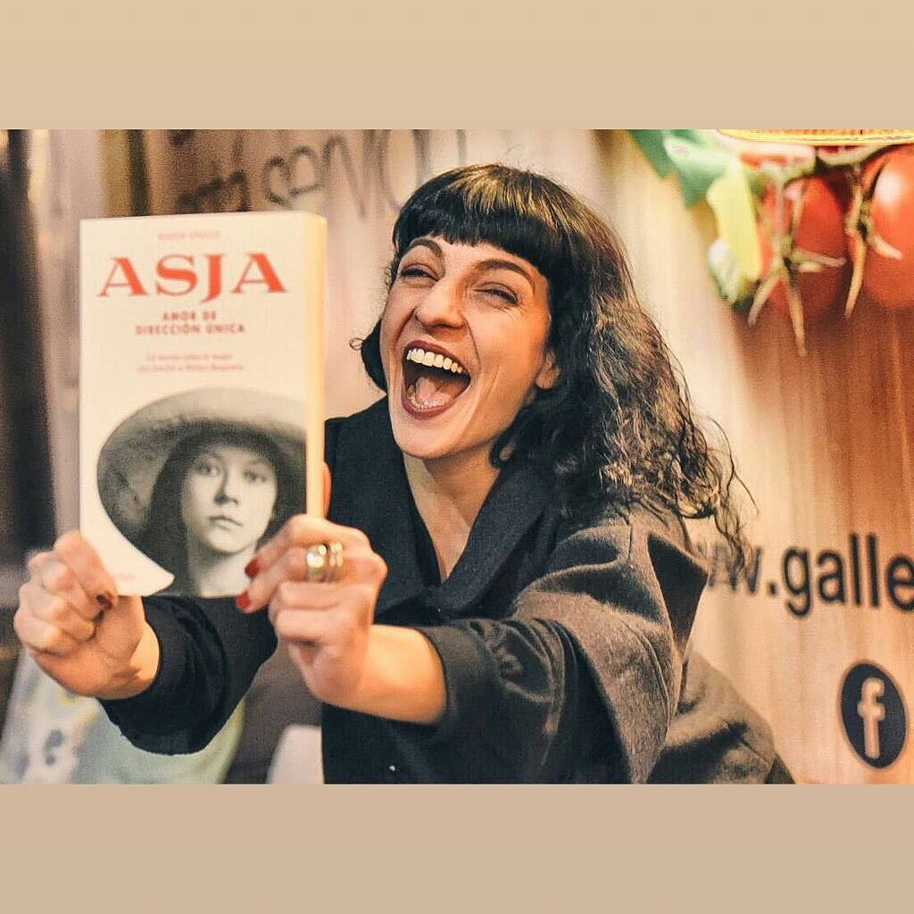 #Repost @mas_mujeres: Nos encanta la nueva novela de @roseramills, pues recupera la figura de una gran mujer, #AsjaLacis, hasta ahora apenas conocida por haber sido la amante del filósofo de la modernidad #walterbenjamin. Echadle un vistazo! [foto de @mariavlau & @emili_puig ]