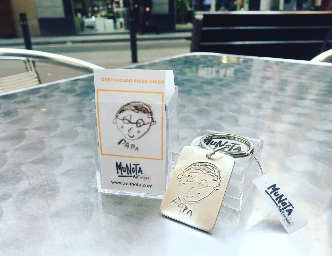 Hoy, ÚLTIMO DÍA para hacer tu pedido y que llegue el regalo más especial y personalizado del DIA DEL PADRE con @munota: mirad que llavero de plata tan bonito me han enviado, me encanta esta idea!