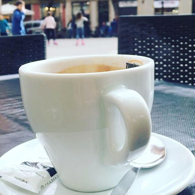 Un café que humea, un buen libro y las nubes a favor ;))