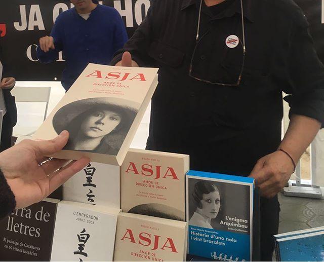 """Ahir va passar això tants cops que emociona. Gràcies per llegir """" Asja"""", entre tots li tornarem la biografia a """"l'amant de #WalterBenjamin""""!!! [Foto de la meravellosa @betsyturnez 📚💕]"""