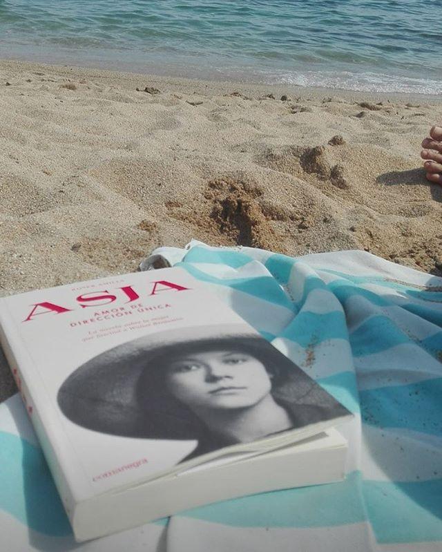 Gràcies @mae_kurtz per dur #asjalacis amb tu a la platja. 📚💕Et desitjo molt feliç lectura!!!
