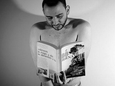 Me encanta que @ubalaraque haya elegido mi novela #sébuena para ilustrar el concepto #Masturdating:planear una cita con uno/a mismo/a para dedicarse un ratito de placer. Y mil gracias @arolapoch y 📸@pasantri sois geniales! #sexblogger  #fotoshoot #homosexualité  #sextoy #sextoyreview
