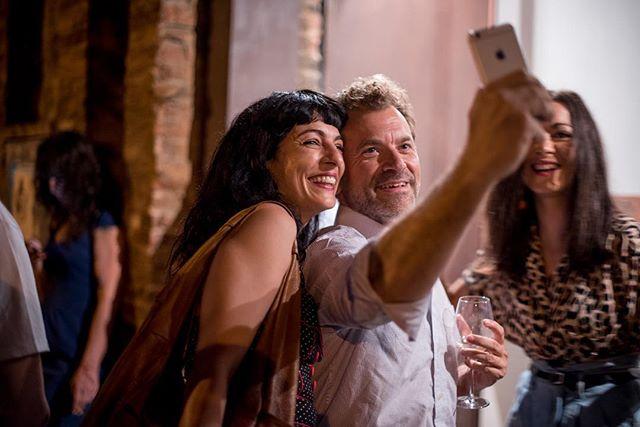Divertida foto de @marcmedina de ayer, con @yvesuag y @anniloki tratando de hacernos un selfie ;)) Gracias @vinoafortunado por reunirnos!