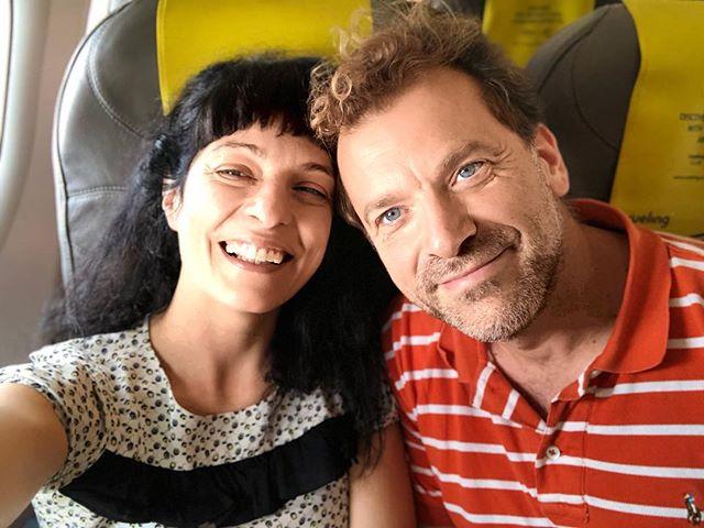Roser Amills y David Gau en avión a Mallorca
