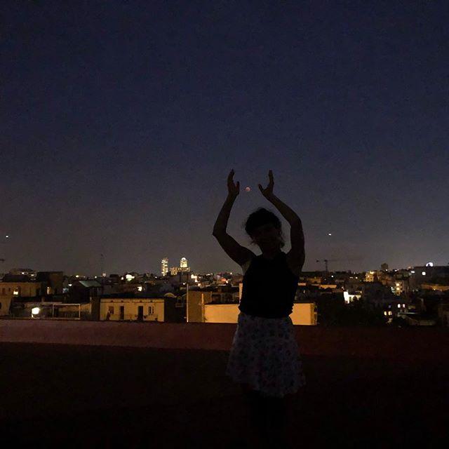 Sin filtros, con nubes, pero si os fijáis bien veréis la luna en pleno eclipse ;))