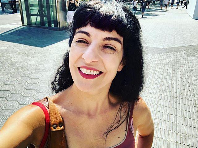 Hola, soy una escritora obligada a no escribir y camino por Barcelona arreglando papeleos varios: confiad en mí, lo conseguiré!!!