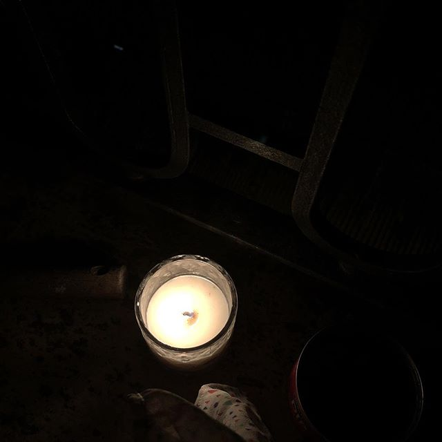 Acodado al balcón veo esta lejanía tan próxima No sé cómo nombrarla aunque la toco con el pensamiento La noche que se va a pique la ciudad como un monte caído blancas luces azules amarillas... #octaviopaz