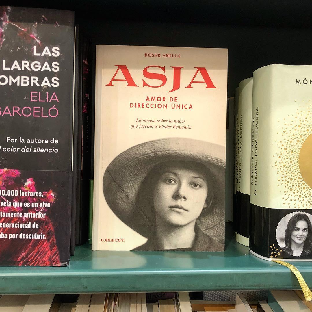 """Berlín, 1955. La directora de teatro letona #AsjaLacis ha pasado diez años en un campo de trabajo de Kazajistán.Visita a su amigo #BertoltBrecht y le comunica que ha muerto el amor de su vida: #WalterBenjamin. Esta novela recupera la figura de esta mujer desconocida """"Asja, amor de dirección única"""" (Ed. @Comanegra)"""