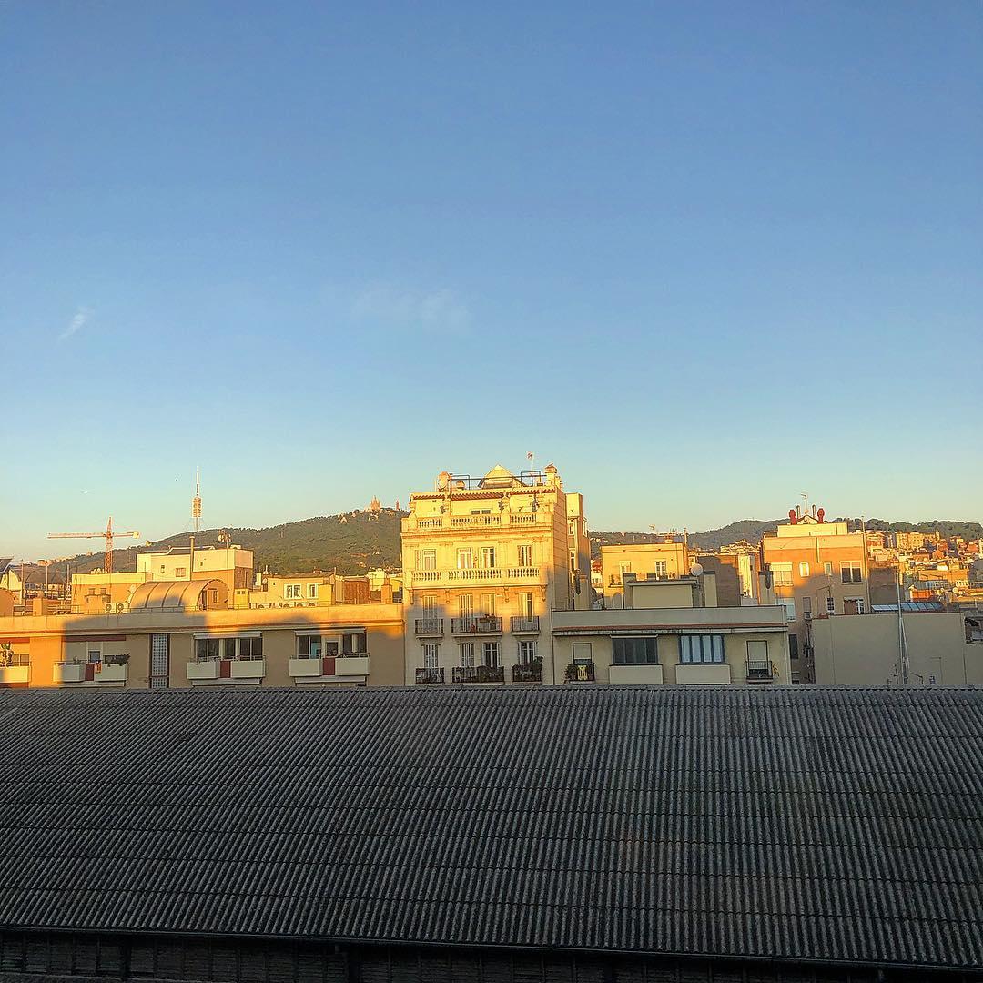 Bon dia!!!! #amillsmorning #bondia #buenosdias #goodmorning #morning #day #barcelona #barridegracia #sunrise #morn #wakeup #wakingup #ready #sleepy #sluggish #snooze #earlybird #algaida #photooftheday #gettingready #goingout #sunshine #instamorning #early