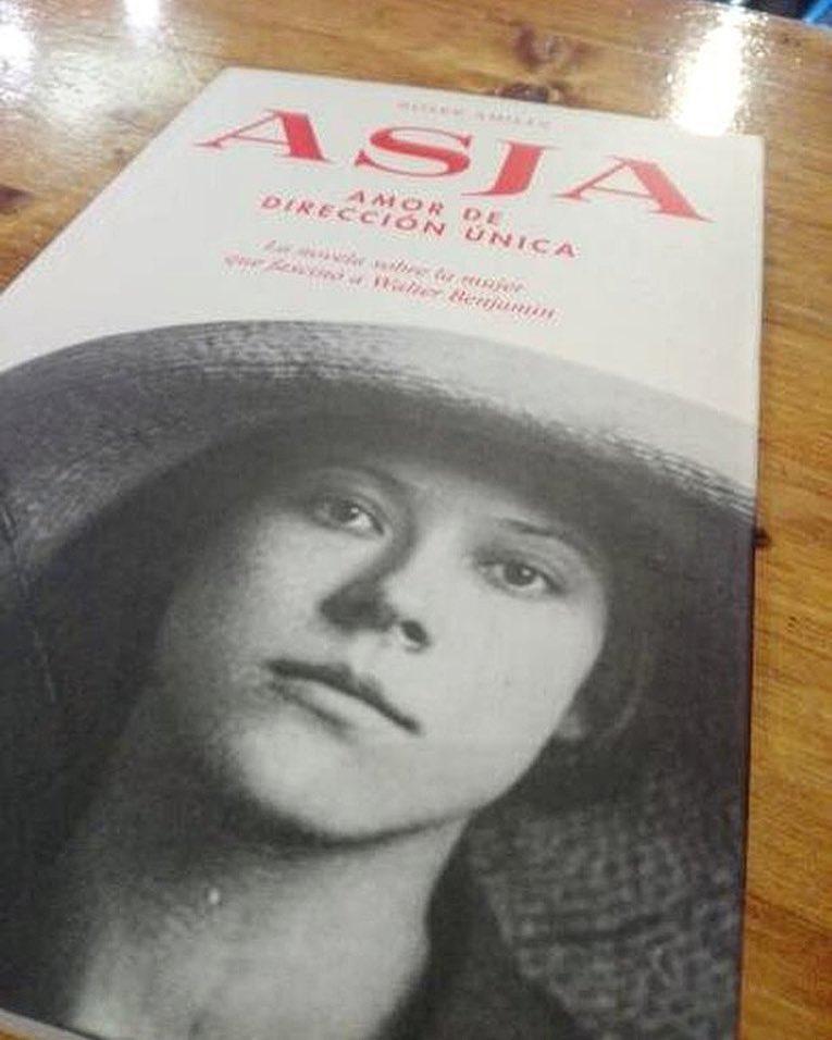 Gràcies @josep_soler per enviar-me aquesta foto amb #asjalacis, tinc un luxe de lector! 📚