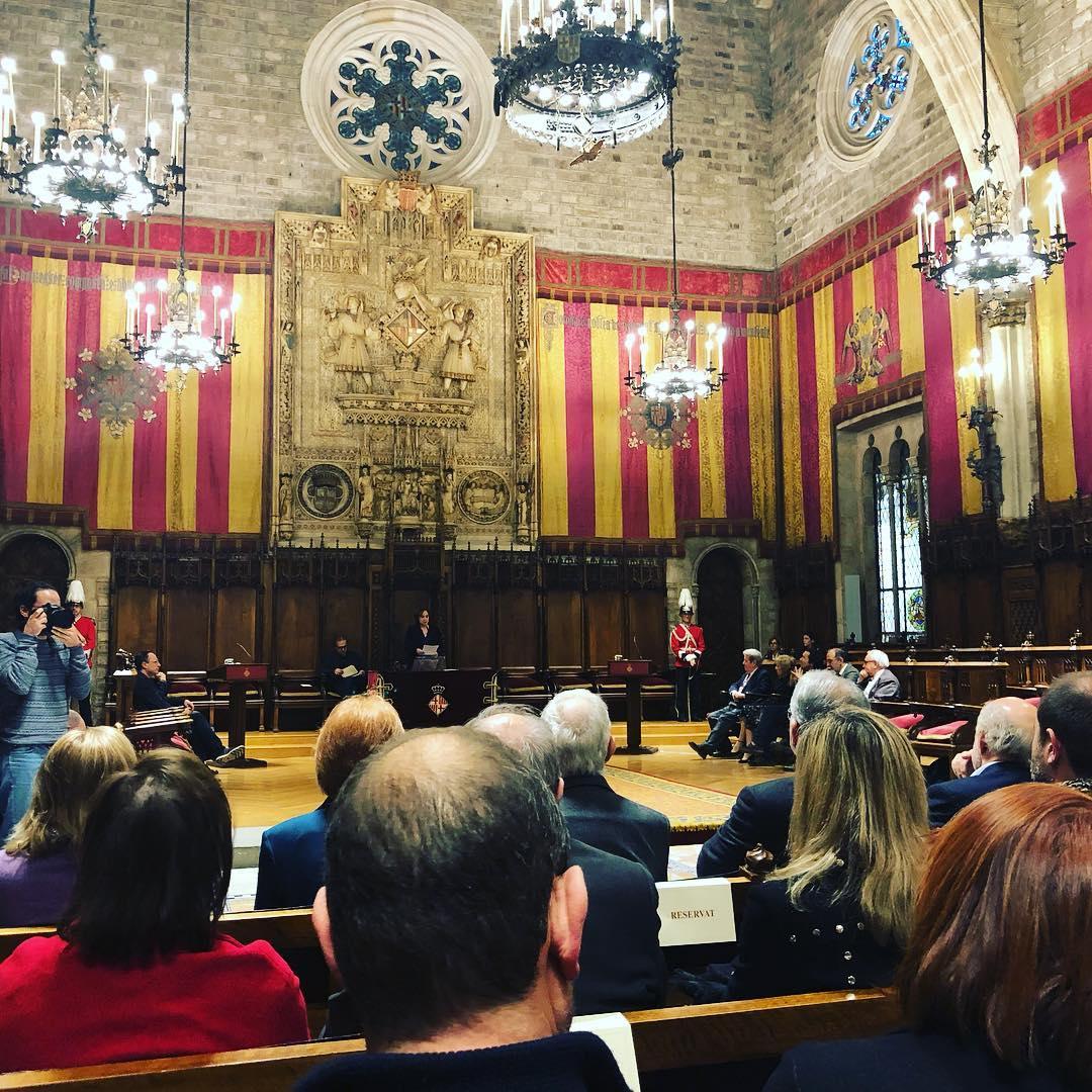 Jorge Herralde @AnagramaEditor recibe ahora de @AdaColau la Medalla d'Or de Barcelona
