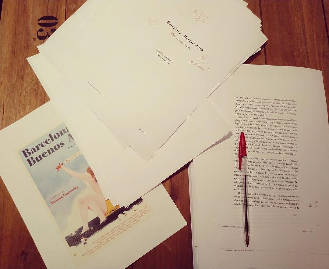 Recta final de @trampa_ediciones antes de ir a imprenta con esta bella antología de relatos. Qué ganas de ver el libro terminado, 22 historias apasionantes entre #Barcelona y #BuenosAires. Dentro de poquito os contamos más… #11000km