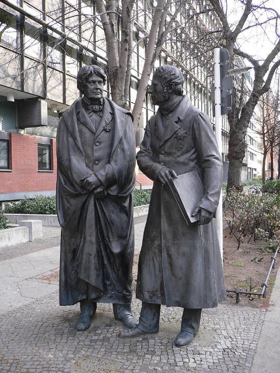 Tượng Beuth và Humboldt ở cổng viện DIN