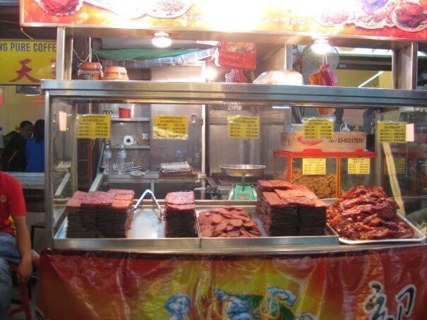 Cenando en Kuala Lumpur. Comer en los puestos callejeros con mesas es una experiencia. Y siempre conoces a locales con ganas de charlas y de contarte cosas...