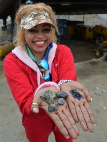 Suzie Kennedy with Tanzanite sample from her mine. Photo:Vincent Pardieu