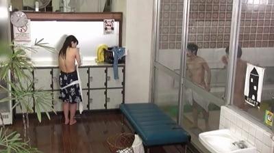 ビキニ姿で男湯に入って体育会系男子学生と初めての密着泡洗体サンプル9