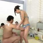 ビキニ姿で男湯に入って体育会系男子学生と初めての密着泡洗体サンプル11