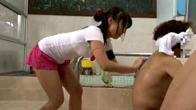 羞恥!銭湯でアルバイト!お湯に濡れたら服が溶けて全裸になっちゃった!!サンプル9