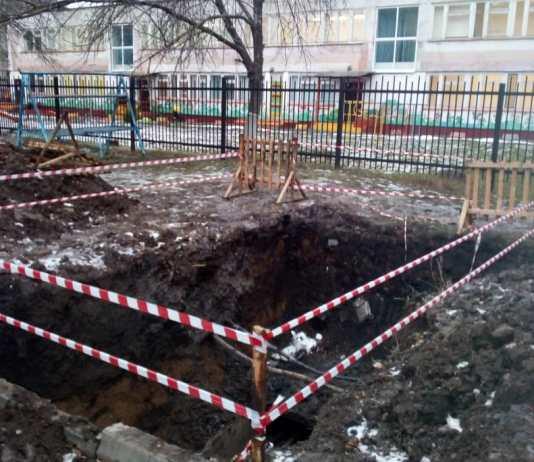 В МУП «ТТС» заявили, что яма была огорожена, но ограждение кто-то сбил. Фото: lifetambov.ru