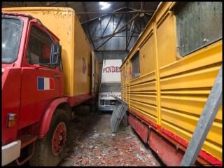 Le camion annonceur coincé dans les remorques